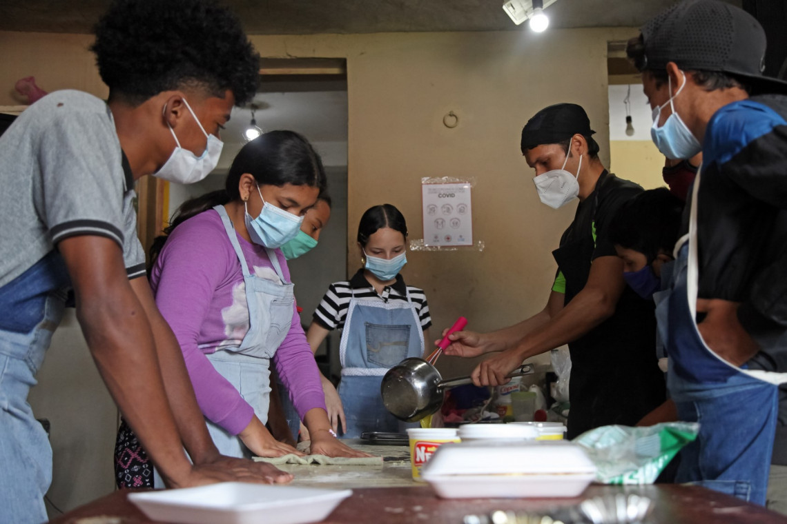 Young Venezuelans from El Cementerio, Caracas, receiving the training to become a bakers