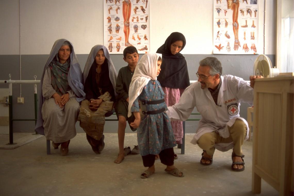 Reabilitação física no Afeganistão: em 30 anos, quase 178 mil pessoas foram assistidas
