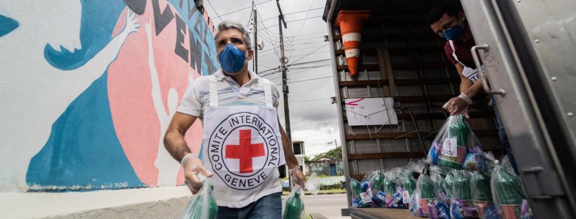 O CICV entregou donativos para ajudar comunidades vulneráveis diante da COVID-19 em Fortaleza. Foto: C.Almeida/CICV
