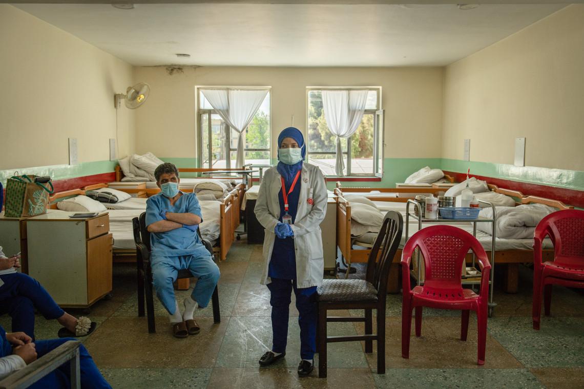 O recente aumento da violência no Afeganistão, juntamente com o surto de COVID-19, ameaça reduzir o acesso a serviços de saúde para milhões de afegãos.