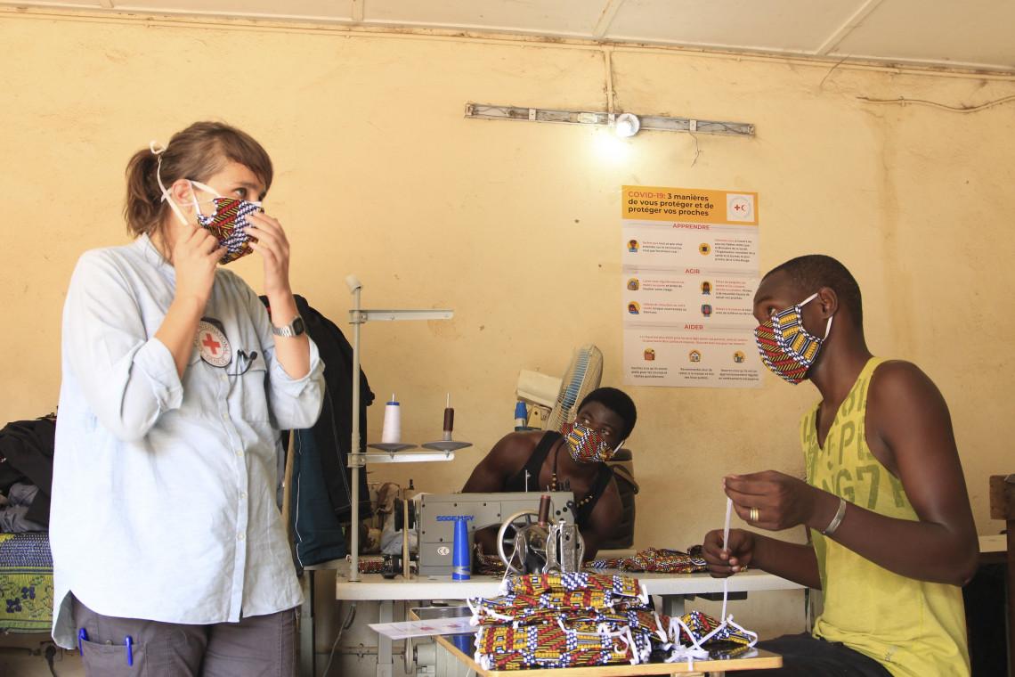 Un an de Covid-19 : la vaccination est porteuse d'espoir, mais doit inclure l'Afrique