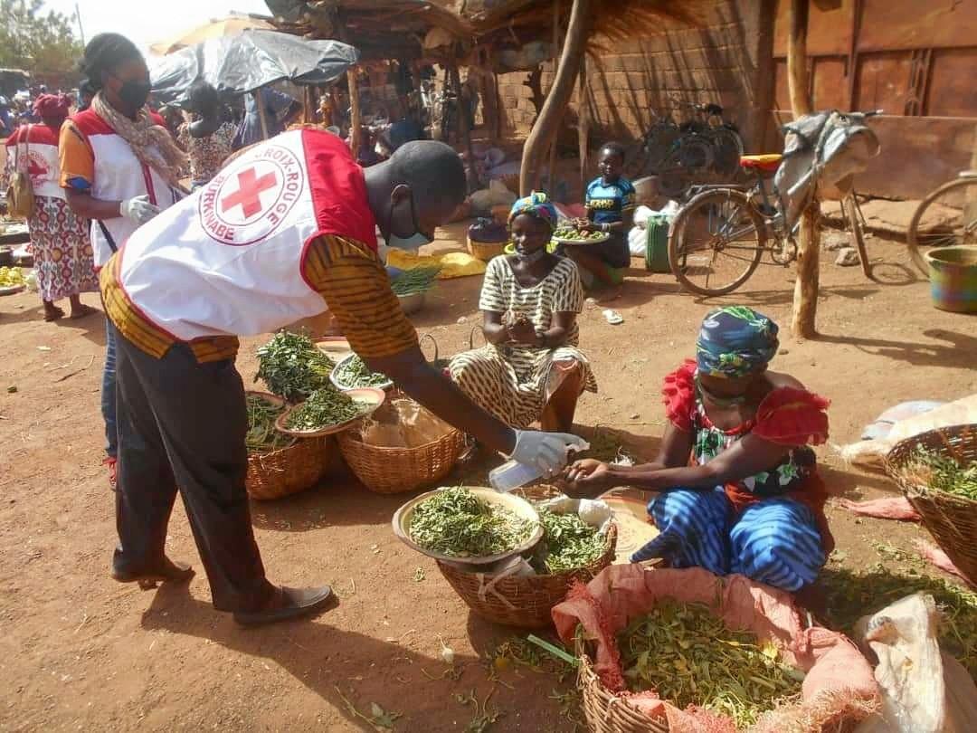 Les volontaires de la Croix-Rouge Burkinabée en pleine sensibilisation. Credit photo : CICR
