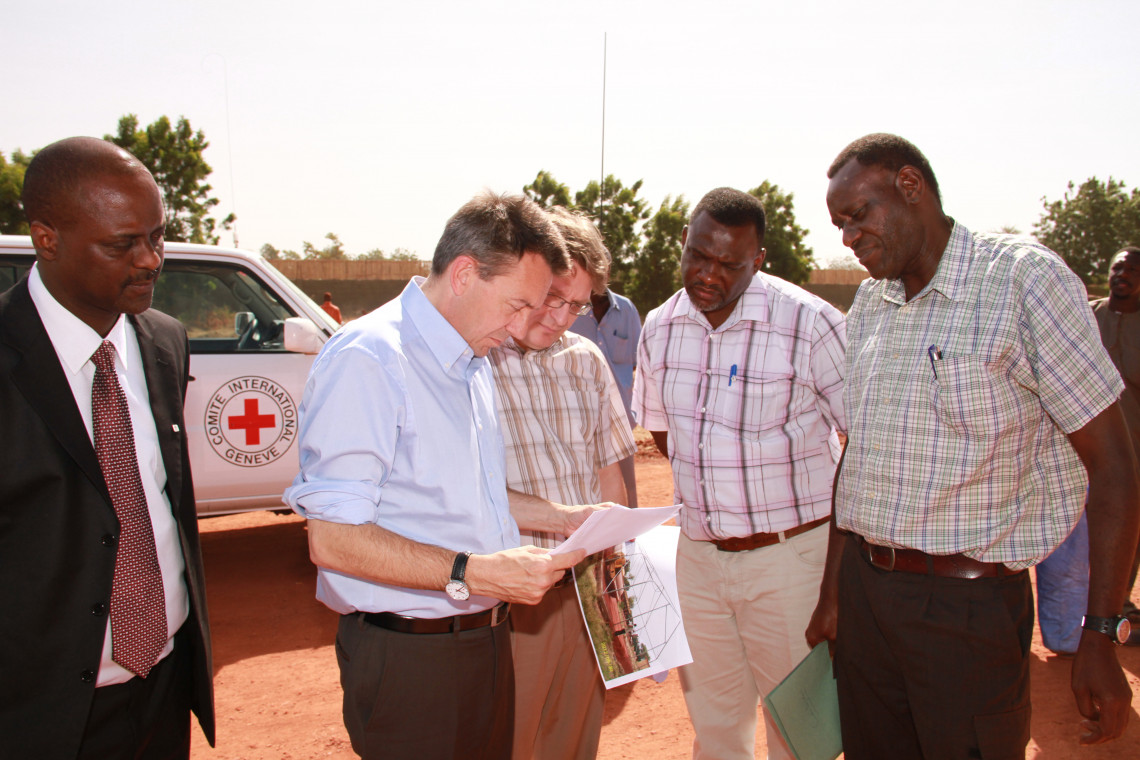 Diomède (right), accompanied by ICRC President Peter Maurer (second from left). Patrick Bourgeois / ICRC