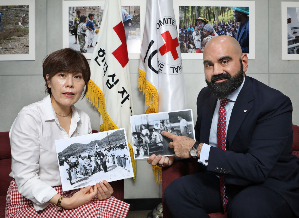 Director-general of International Relations and Inter-Korean office of the Korean National Red Cross Juja Kim (left) and Charles Sabga, head of the ICRC mission in Korea, did a joint interview with Korea JoongAng Daily at the ICRC's office in Seoul. JoongAng Daily/PARK SANG-MOON