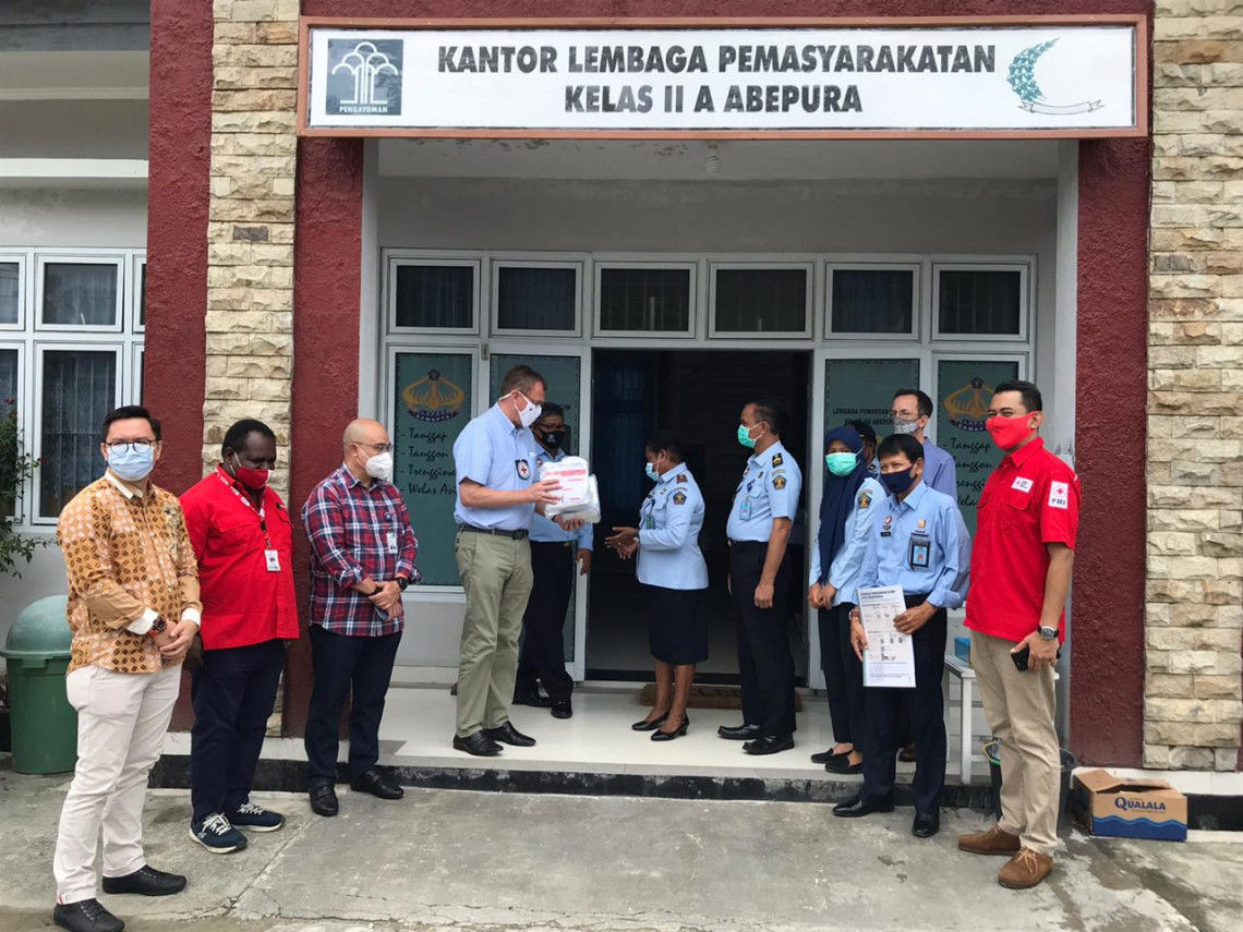 Distribution of kits and equipment at Jayapura Penitentiary / ICRC