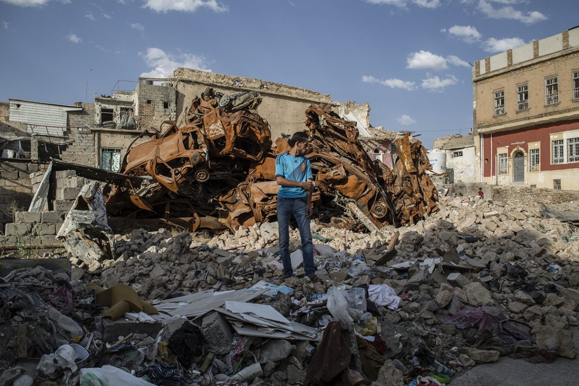 Mossoul. Cet homme se tient sur sa maison détruite de la berge ouest.