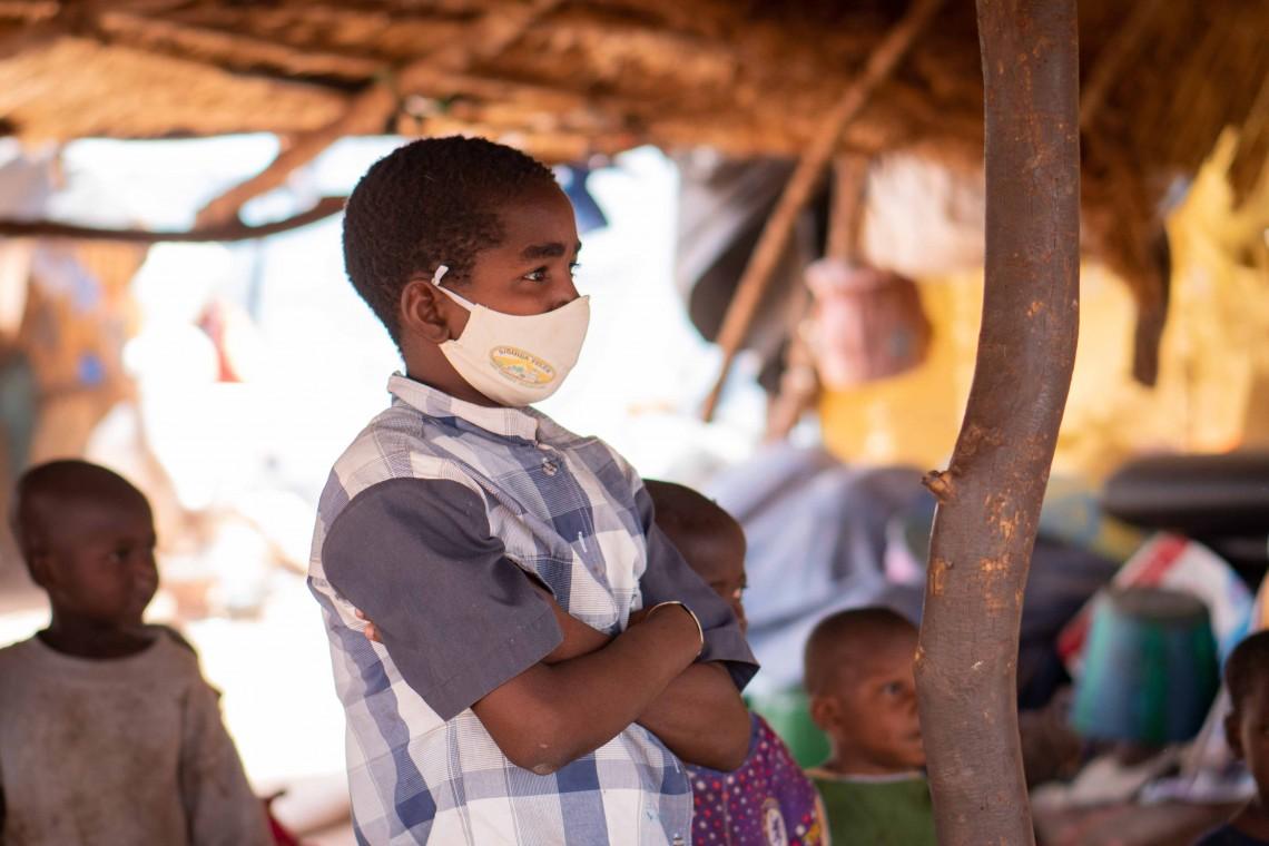 Un enfant portant son masque de protection sur le site des personnes déplacées à Niamana à la périphérie de Bamako. @CICR.