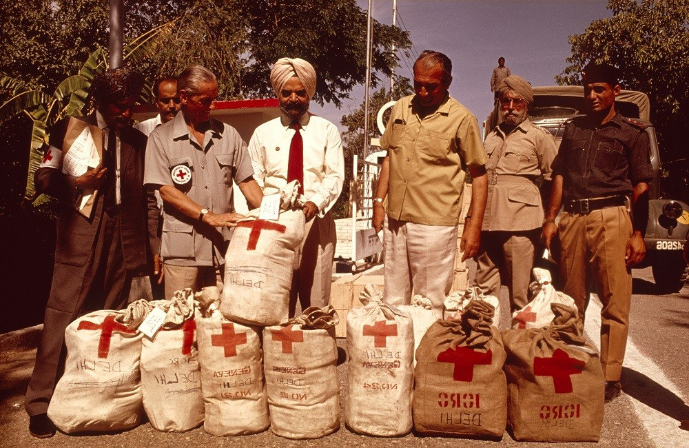 After the 1971 war, the ICRC, with the help of the Pakistan Red Cross Society, visits and registers 90,000 Pakistani prisoners of war being held in Indian camps and forwards more than one million Red Cross messages containing brief family news. CC BY-NC-ND / ICRC