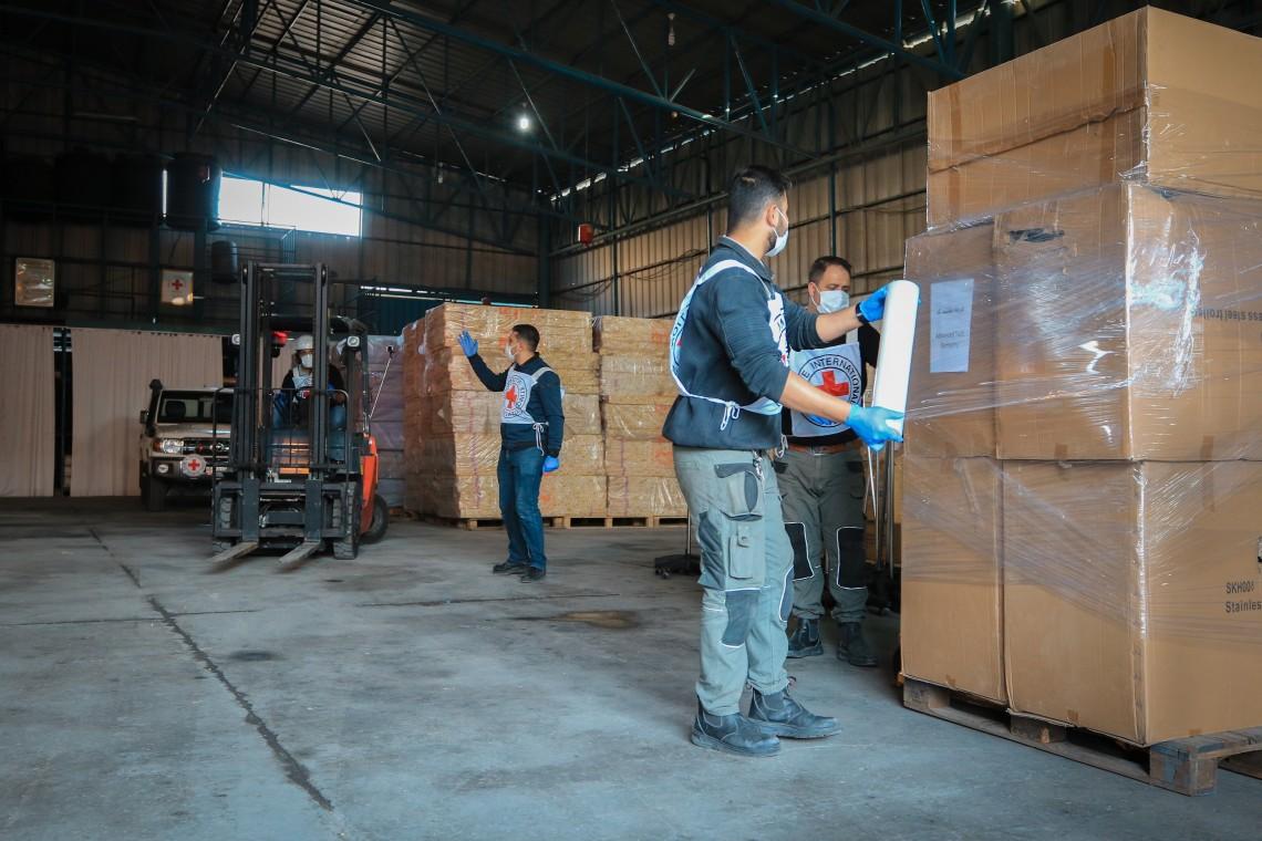 تم تسليم شحنة من معدات وإمدادات العناية المركزة الحيوية إلى مستشفيات غزة من قبل اللجنة الدولية لتجهيز غزة لمواجهة تفشي أوسع لـ COVID-19. وشمل التبرع جهاز التنفس الصناعي وأجهزة مراقبة المرضى وأجهزة تنظيم ضربات القلب وأجهزة الشفط والمضخات.