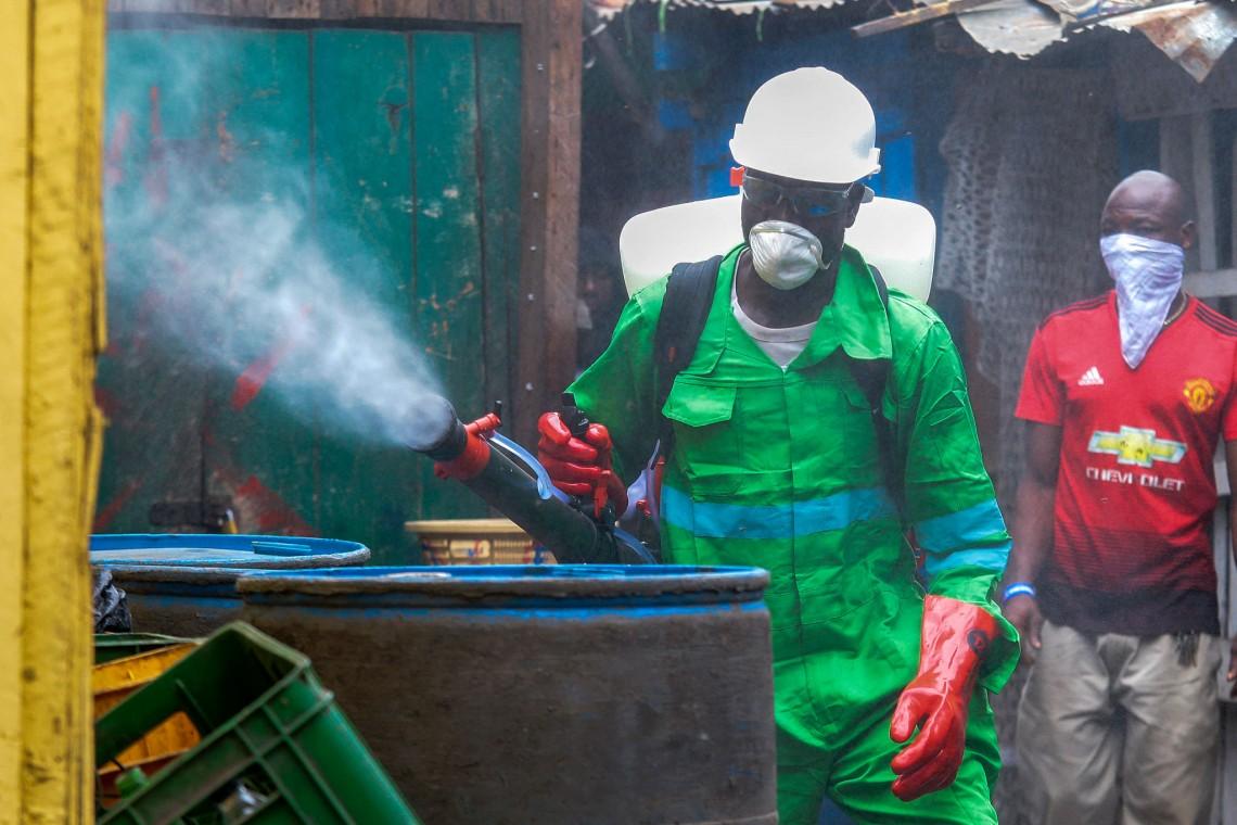 Ein Mann dekontaminiert mittels Begasung im Bestreben, die Ausbreitung des Coronavirus auf einem Markt aufzuhalten. Accra, Ghana, 23. März 2020. Foto: EPA-EFE/CHRISTIAN THOMPSON