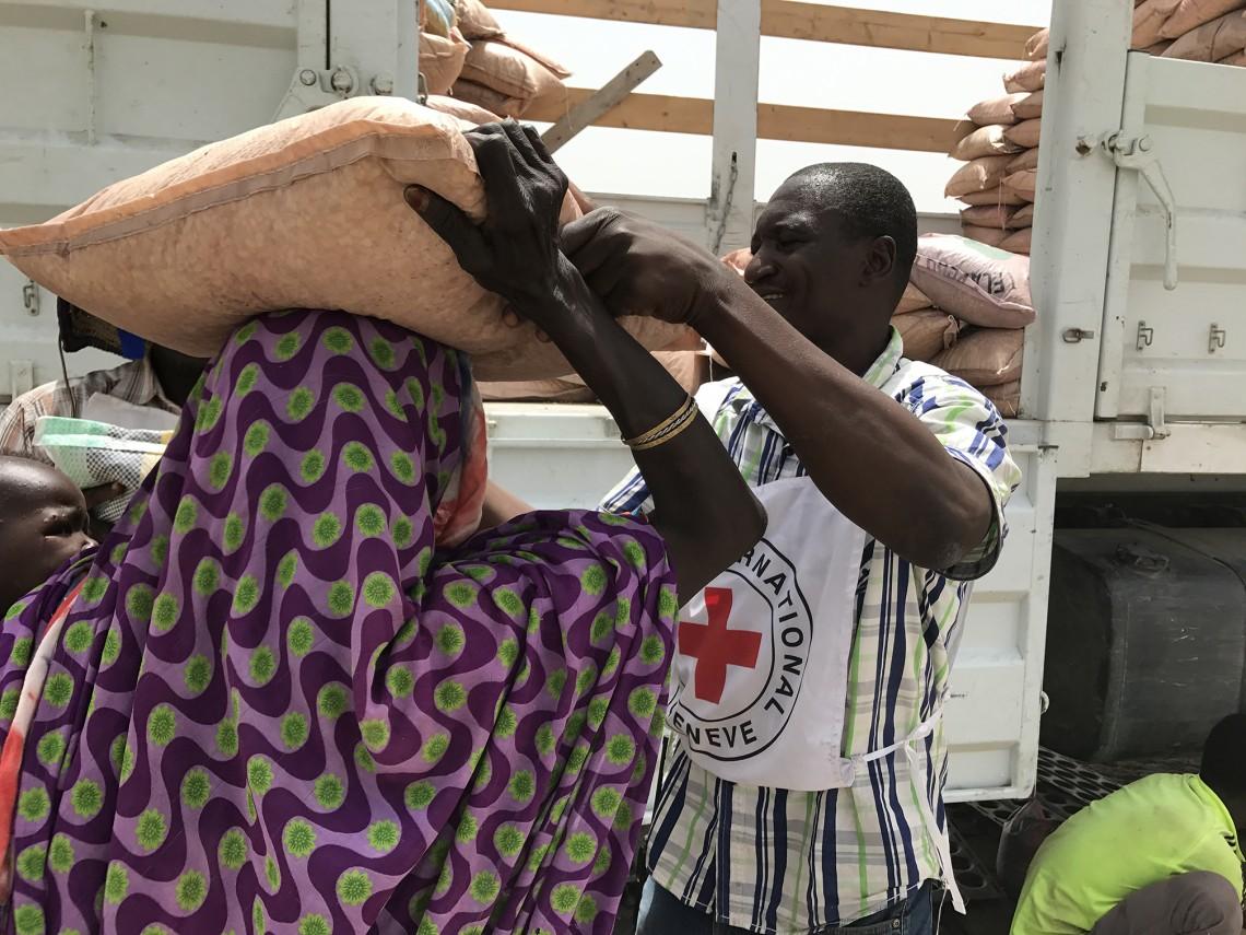 Lors d'une distribution, un de nos collègues aide une bénéficiaire