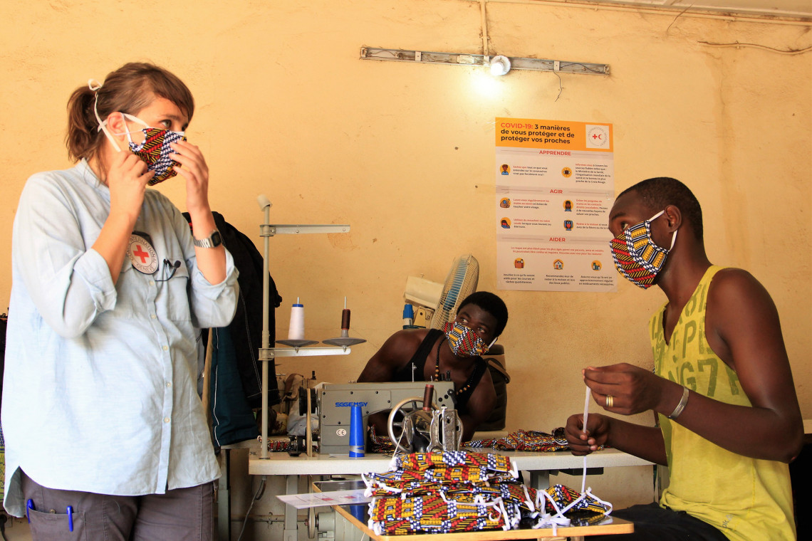 La délégué du CICR effectue une visite de suivi de la confection des masques. Sidi B. Diarra @CICR.