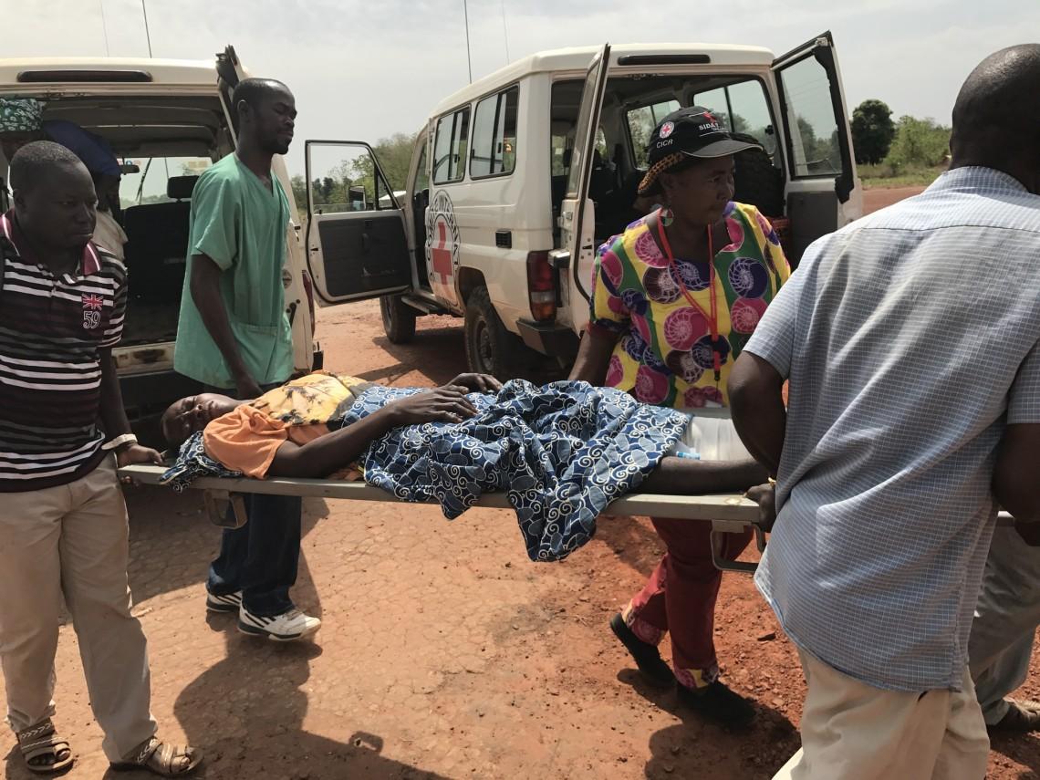Fabrice est transféré par avion CICR à Bangui pour des soins appropriés. CC BY - NC - ND / NOURA OUALOT / CICR