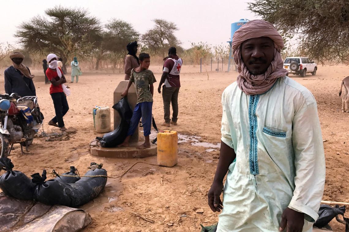 Gagui s'assure de la bonne utilisation de l'eau sur le site. Aboubacrine Ag Assikabar @CICR.