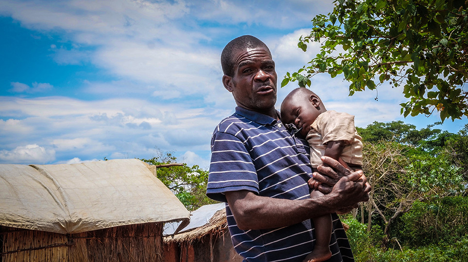 Maurice Mwema goes to the nearest health center with his grandson. Jonathan Busasi / ICRC