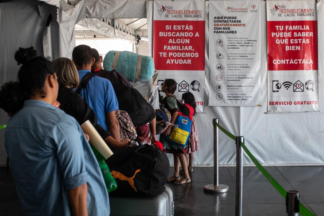 Migrantes no posto de triagem em Pacaraima, ao lado do posto de atendimento do CICV.
