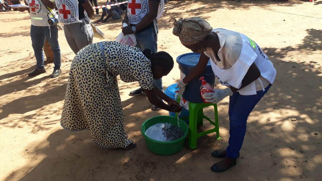 Pessoas deslocadas no norte de Moçambique recebem assistência do CICV.