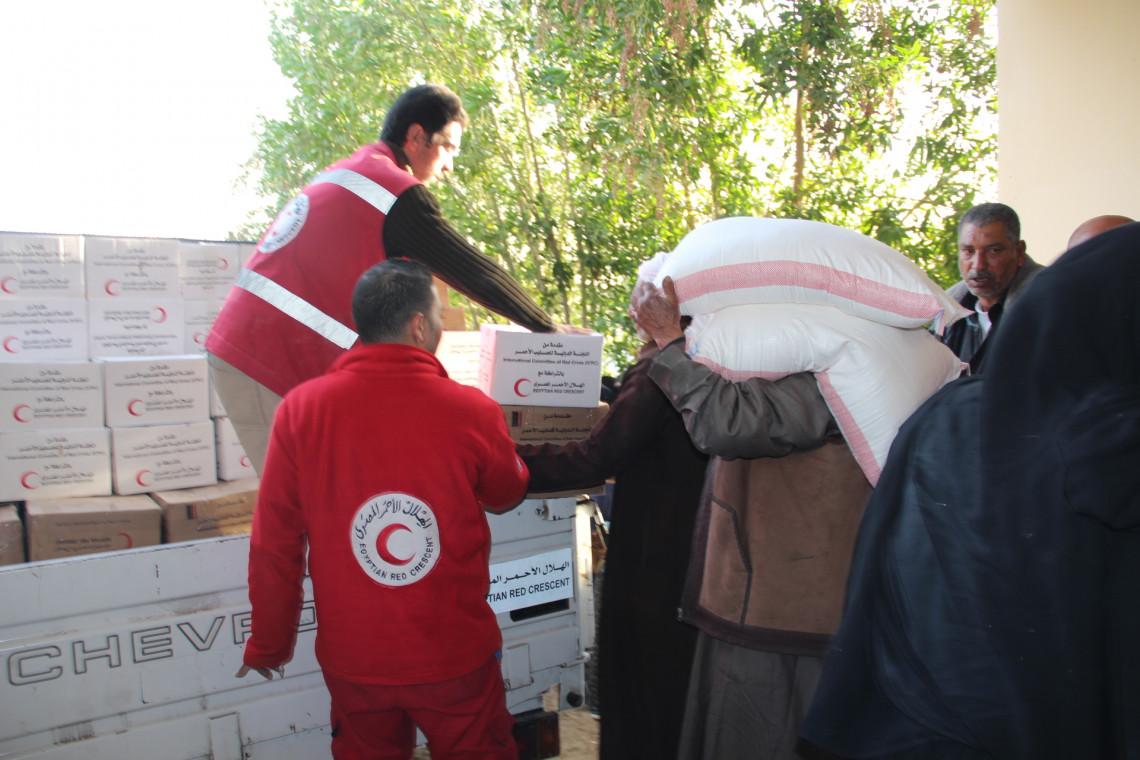 صورة أرشيفية من عملية توزيع في شمال سيناء تمت بالتعاون مع الهلال الأحمر المصري. تصوير: الهلال الأحمر المصري
