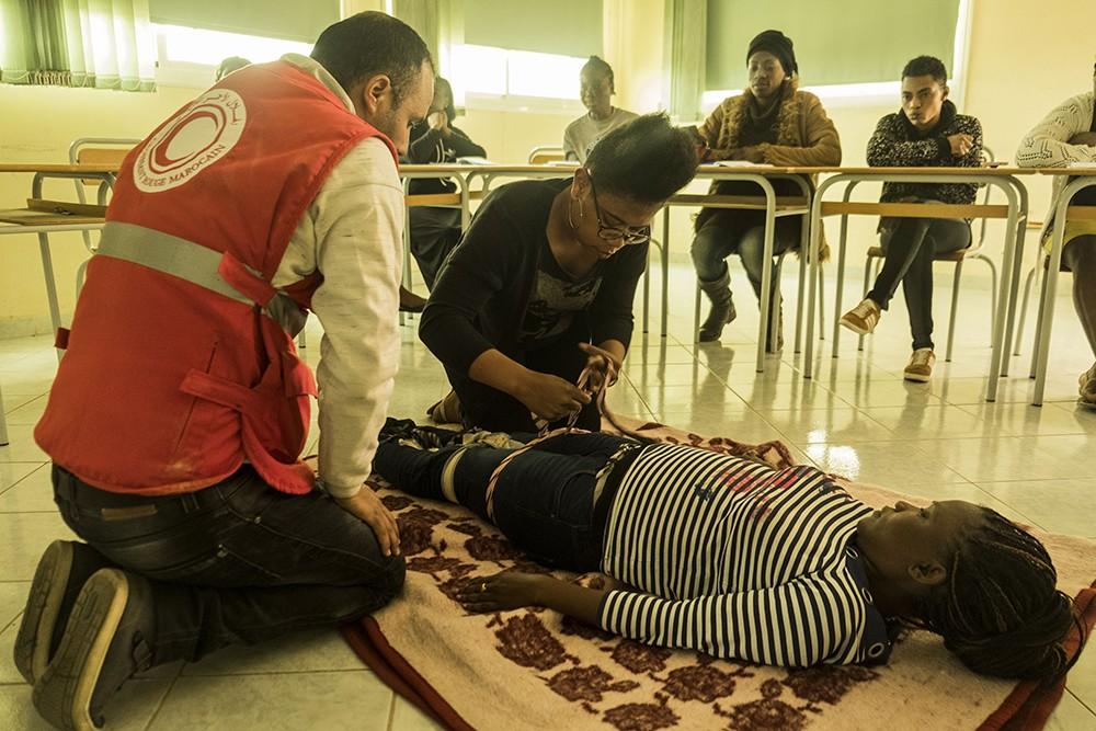 Migrants s'exerçant aux premiers secours/Crédit photo : Serana Tarrabia