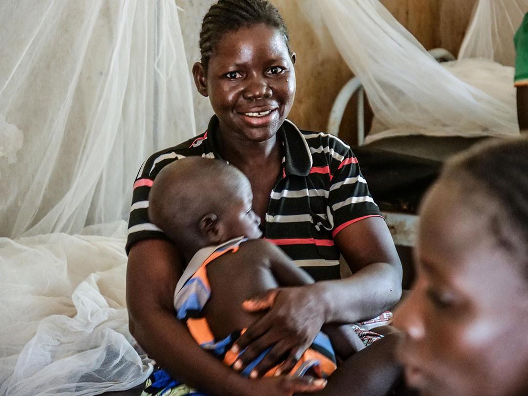Image d'illustration. Fatima est soulagée d'avoir pu soigner son enfant dans le centre médical de Barsalogho. CICR / Birom SECK