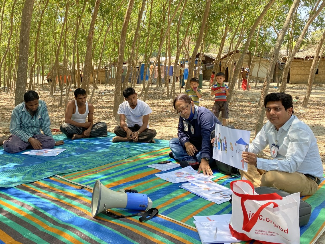 ICRC staff engage with the community leaders on COVID-19 awareness in Domdomia camp, Teknaf. H MAGTRAYO/ICRC