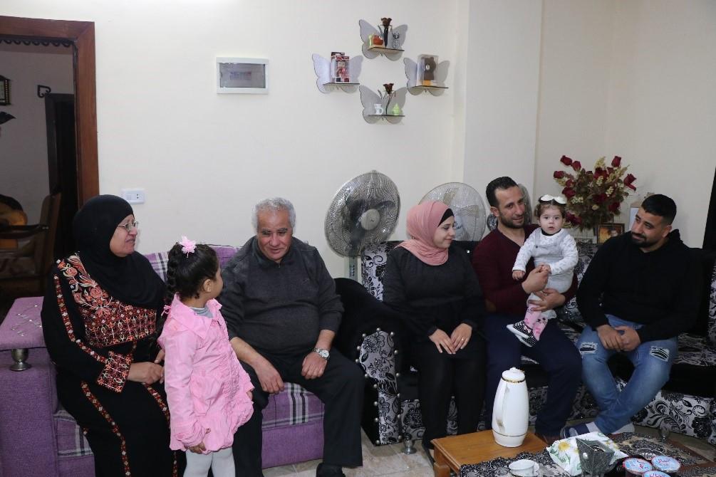يوسف نزال في لحظة فرح مع زوجته وأبنائه وأحفادهم بعد لم شملهم بعد 18 عامًا من الفراق.