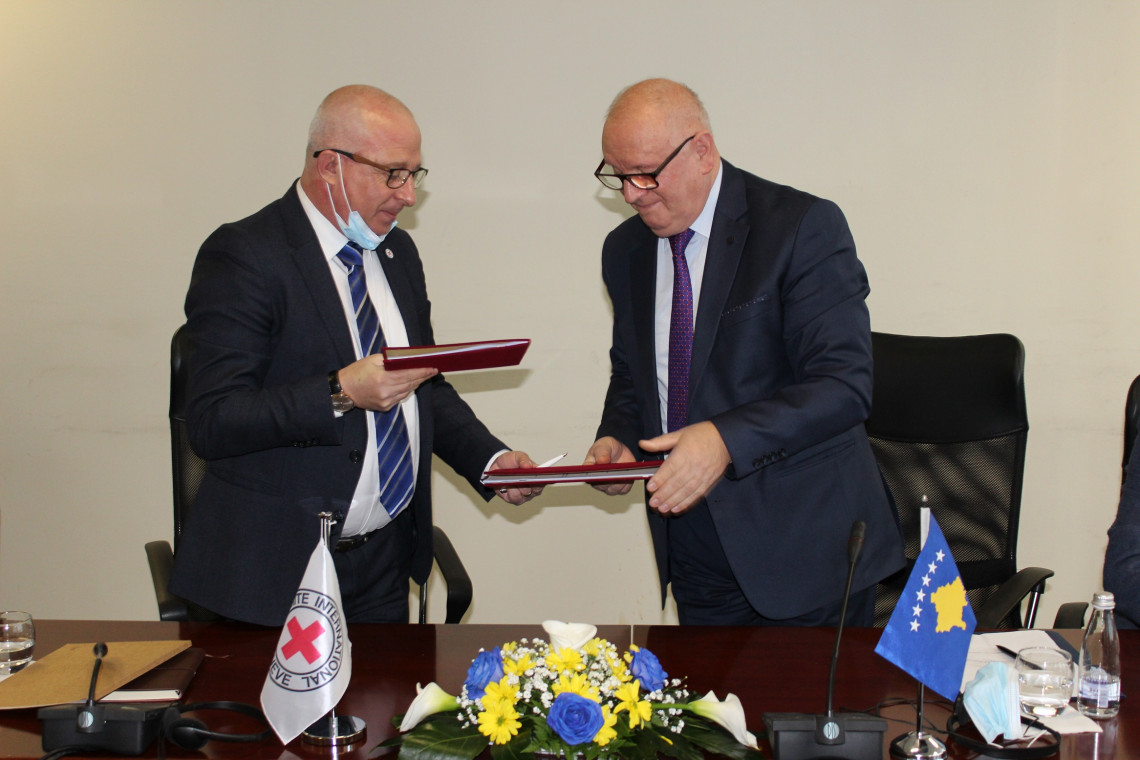 The Head of the ICRC Mission in Kosovo and the Head of the Kosovo Governmental Commission on Missing Persons exchange the originals of the MoU signed on 29 January 2021