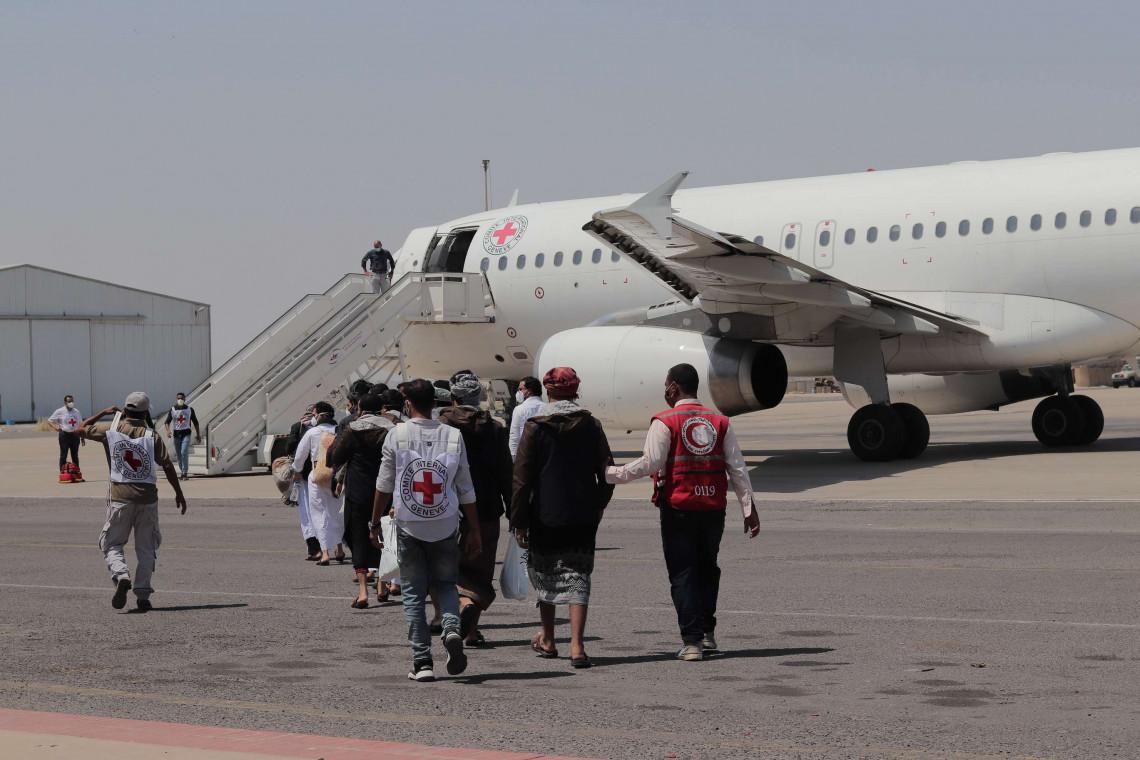 صورة من عملية نقل المحتجزين السابقين على طائرتنا في مطار عدن