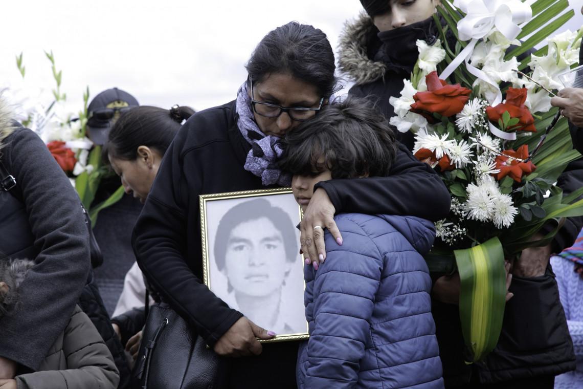Ayacucho. Restitution des dépouilles de personnes disparues à des membres de l'Association nationale des parents de personnes enlevées, détenues et disparues du Pérou (ANFASEP). CC : CICR / ATAUJE, José