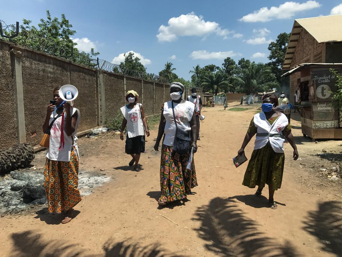 Les volontaires de la Croix-rouge centrafricaine font le tour des quartiers pour sensibiliser les communautés sur les gestes barrières
