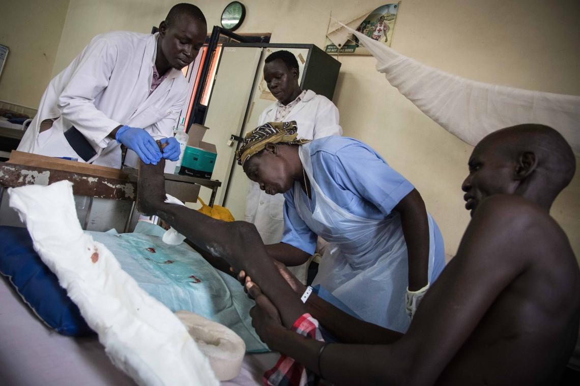 Hôpital militaire de Juba, au Soudan du Sud. Rosemary Kadi Giryang est une infirmière qui travaille depuis 2013 avec le CICR. Elle a reçu en 2019 la médaille Florence Nightingale, la plus haute distinction attribuée aux infirmières et infirmiers ayant démontré un dévouement exceptionnel pour les victimes de conflits armés ou de catastrophes naturelles.