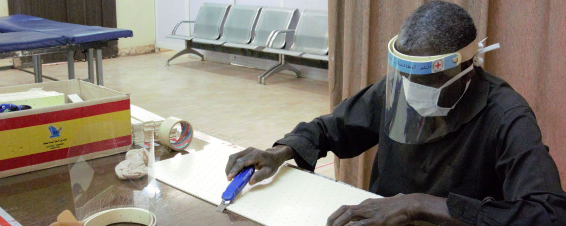 Hassan Mohammed Abdu cuts orthoplast into strips for the headbands. Jessica BARRY / ICRC