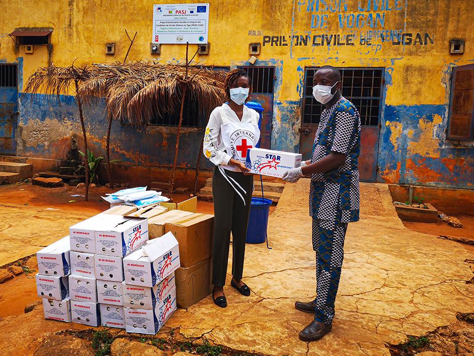 Remise de produits d'hygiène dans une prison au Togo pour prévenir la propagation de la COVID-19. CICR