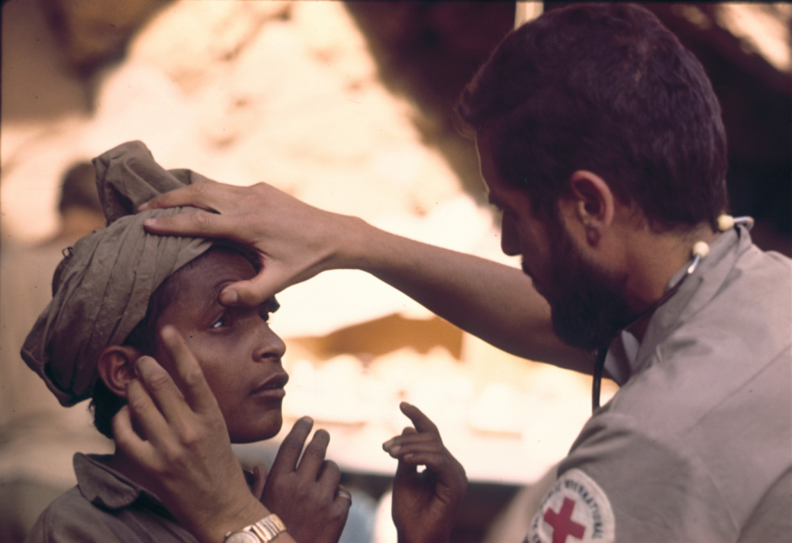 Udq, field hospital behind the front line. Patient examined by ICRC doctor. J. Mohr / ICRC