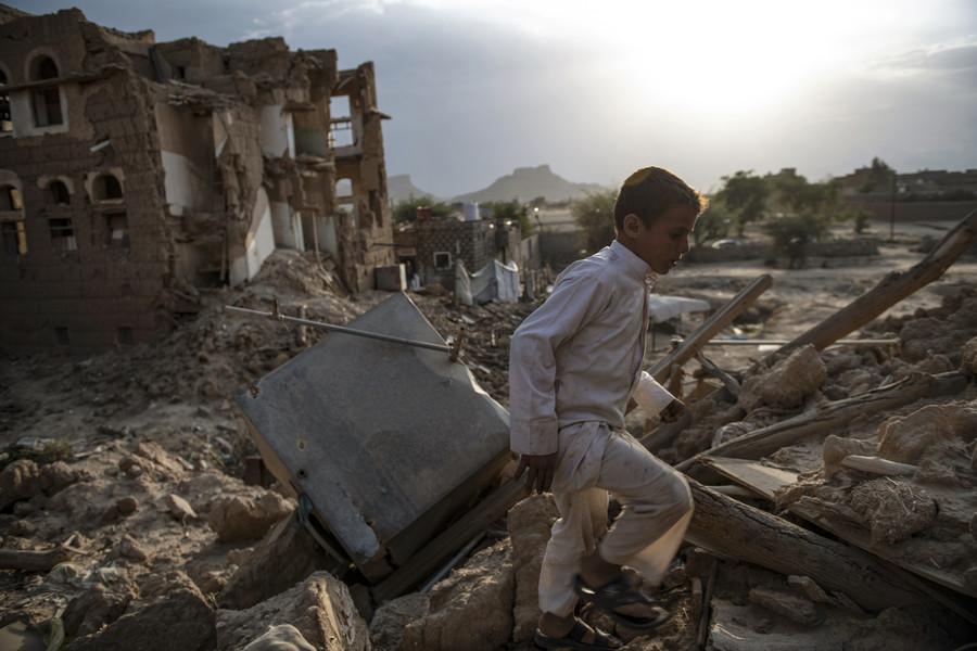 Ein Junge läuft durch die Trümmer in der Altstadt von Saada – Lynsey Addario/Getty Images