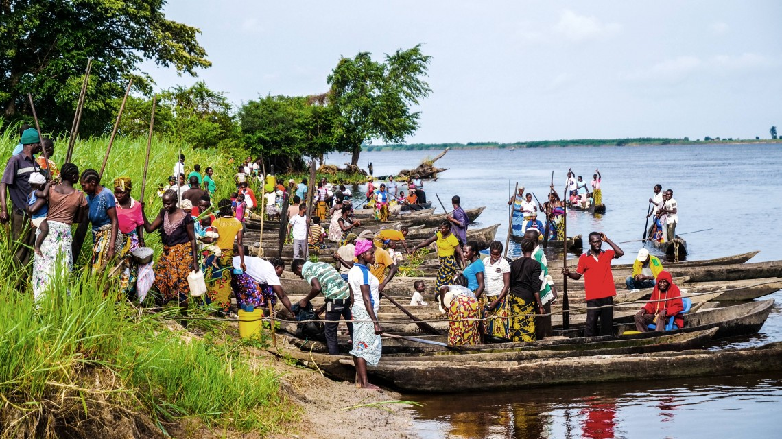 People going back to their shelters on the Congo River after the food distribution.