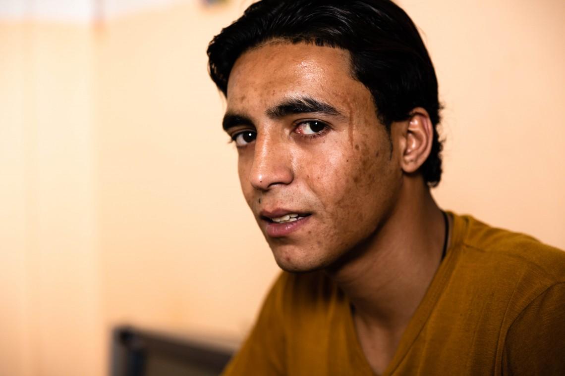 لحظة من الجمود الدائم: شابٌ مبتور الطرف من غزة يُكافح لإعادة حياته إلى مسارها الصحيح