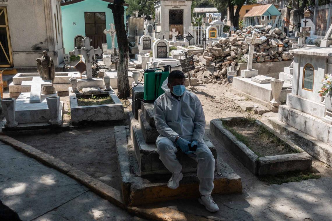 """Joaquín Ramírez es guardia y cuidador del Cementerio de La Loma, tal como lo fueron su padre y su abuelo. """"Me encanta mi trabajo"""", dijo. """"Es triste ver el cementerio vacío este año, pero es por la seguridad de todos. Debo negar la entrada a muchas personas que quieren venir a visitar las tumbas de sus seres queridos, aunque ellas comprenden las razones."""" Tlalnepantla de Baz, Estado de México."""