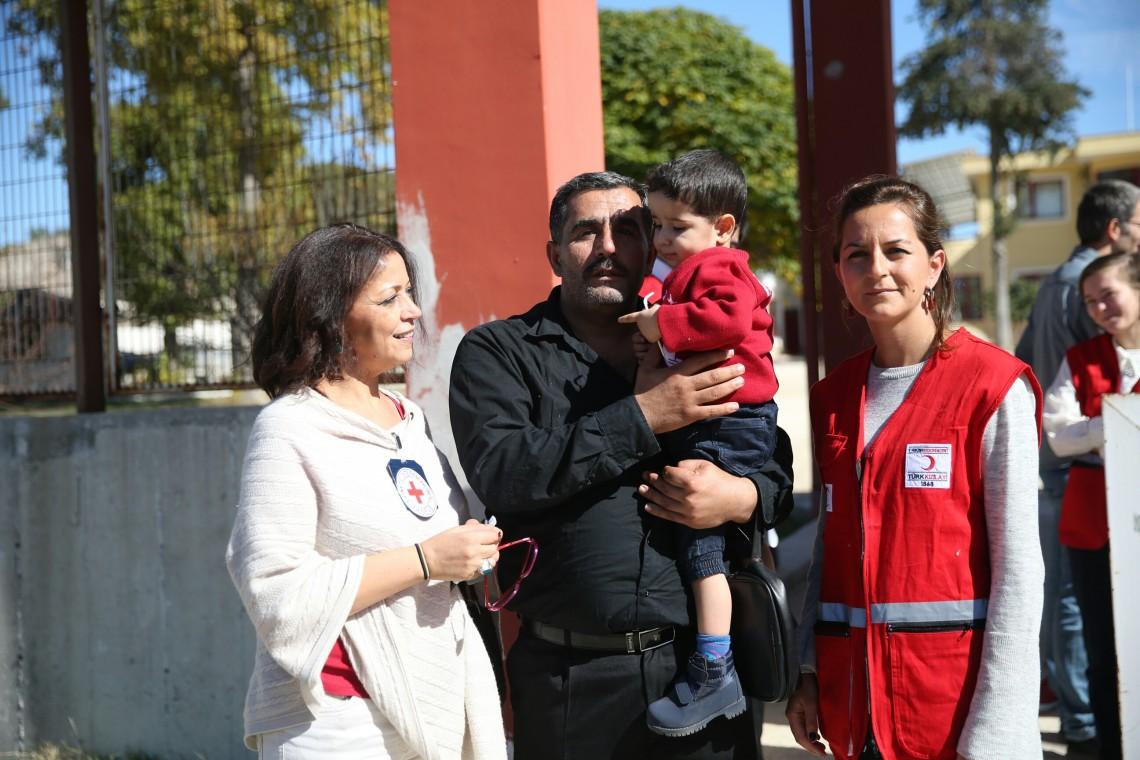 """""""Kesab, Türkiye Suriye sınırı; iki yaşındaki Reda aile birleşimi çalışmaları sounucunda babasına kavuşuyor""""."""