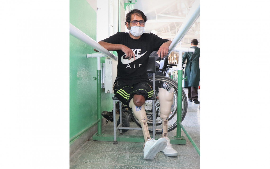 Mohammad Aajan, 28, having prosthetic legs fitted for the first time at the ICRC's orthopaedic centre in Kabul. Photo: Mohammad Masoud Samimi / ICRC