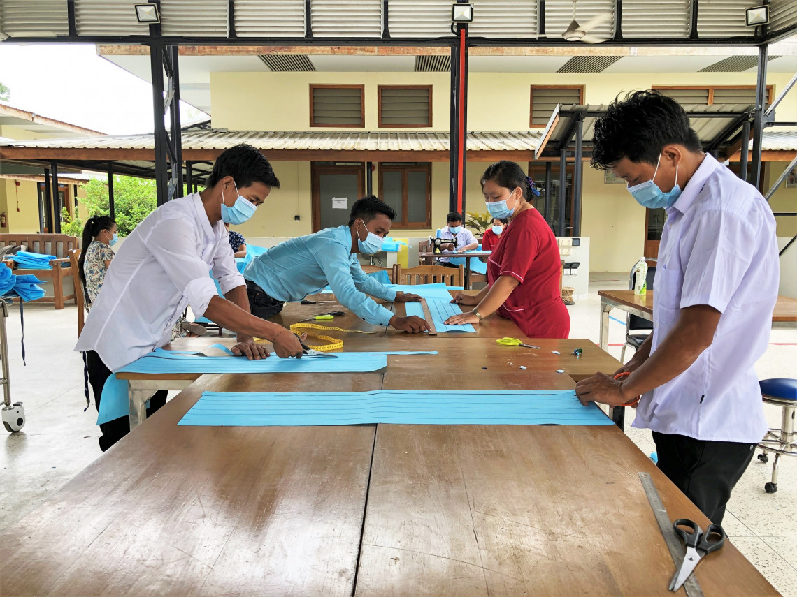 In 2020, with the COVID-19 crisis, physical rehabilitation centres supported by the ICRC adapted their services. The centre in Myitkyina transformed to produce personal protective equipment for the Ministry of Health & Sports, and to support its frontline medical workers across Kachin State.