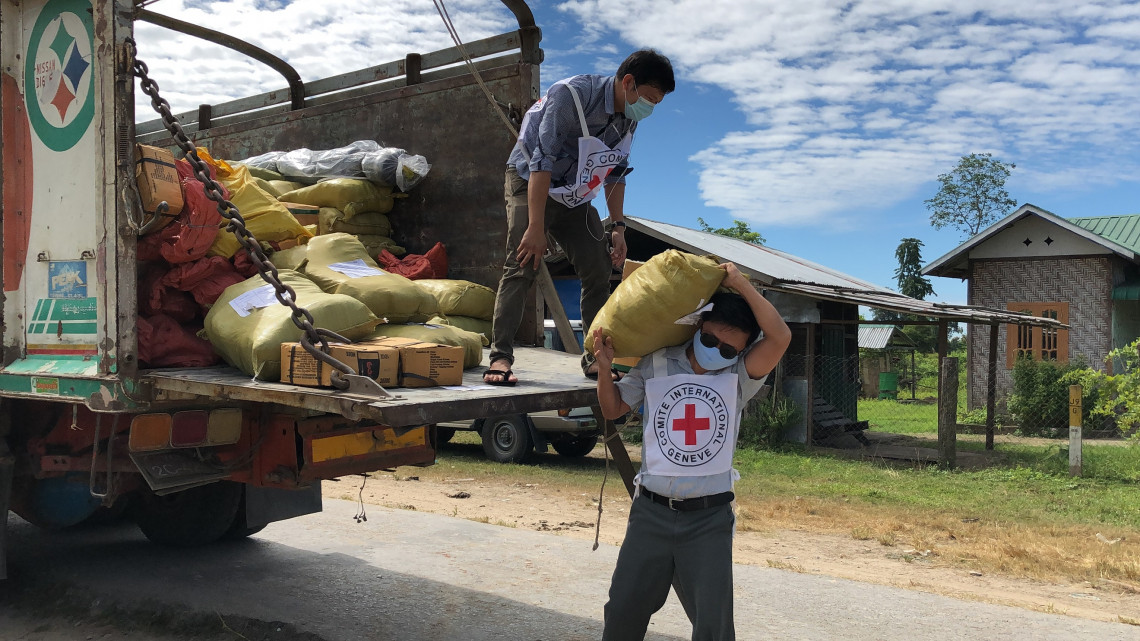To support families as they cultivate their own winter crops, ICRC supplied seeds and basic farming tools across 7 townships in Kachin state.