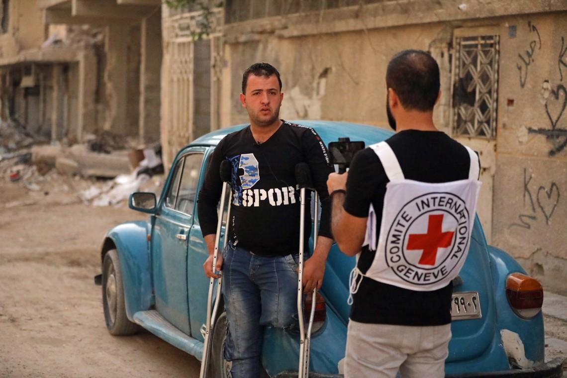 Наш коллега Али Юсеф берет интервью у пострадавшего от взрыва.