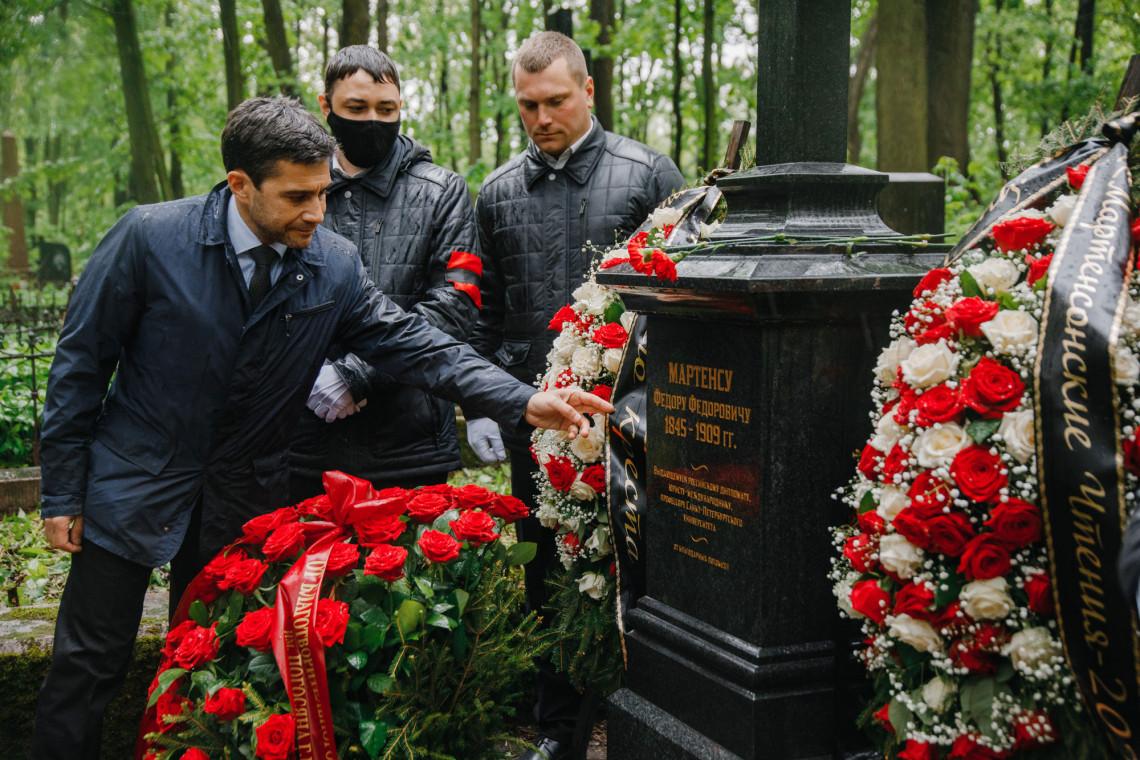 Глава Региональной делегации МККК Ихтияр Асланов возлагает венок на могилу Ф.Ф. Мартенса. Санкт-Петербург, 2021.