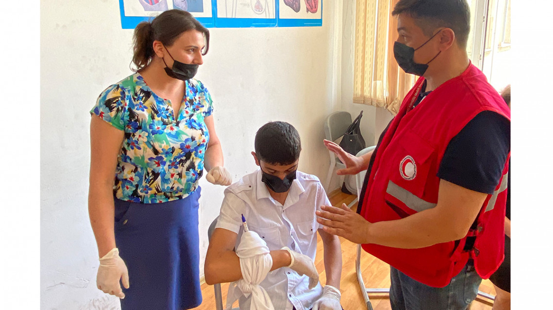 Participants practice how to stop bleeding and bandage a wound. Karla Hoover/ICRC