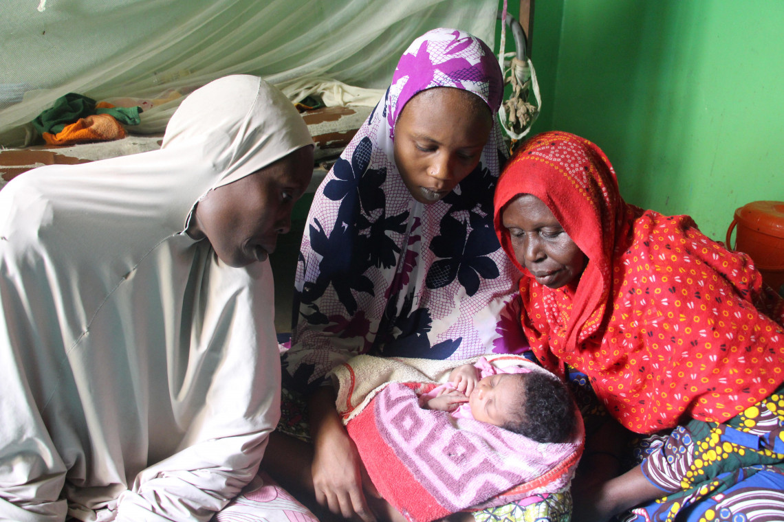Faltmata avec son bébé (au centre), entourée de sa mère (à gauche) et de sa grand-mère.