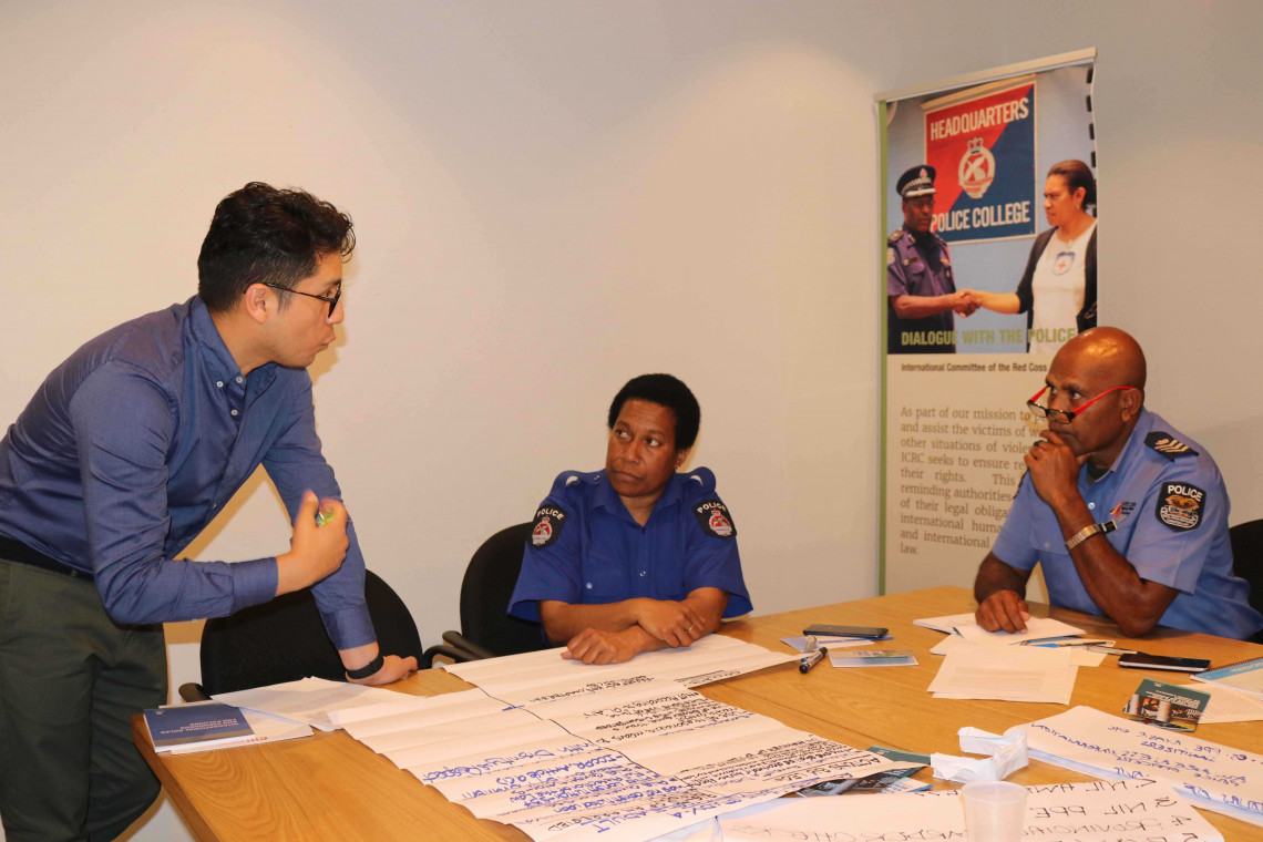 Diego Pecho, ICRC deputy protection coordinator, in a discussion with female police personnel during the ToT workshop in Port Moresby.