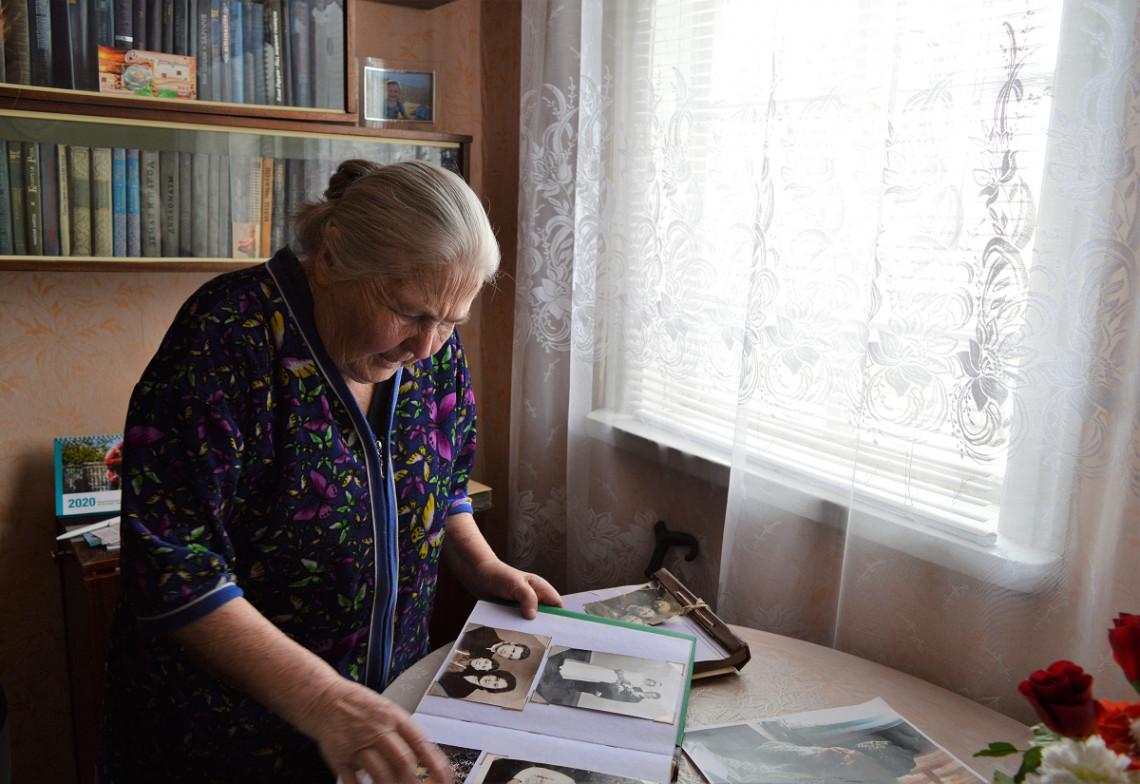 Lyubov feuillette son album de famille et regarde des photos d'Odessa.