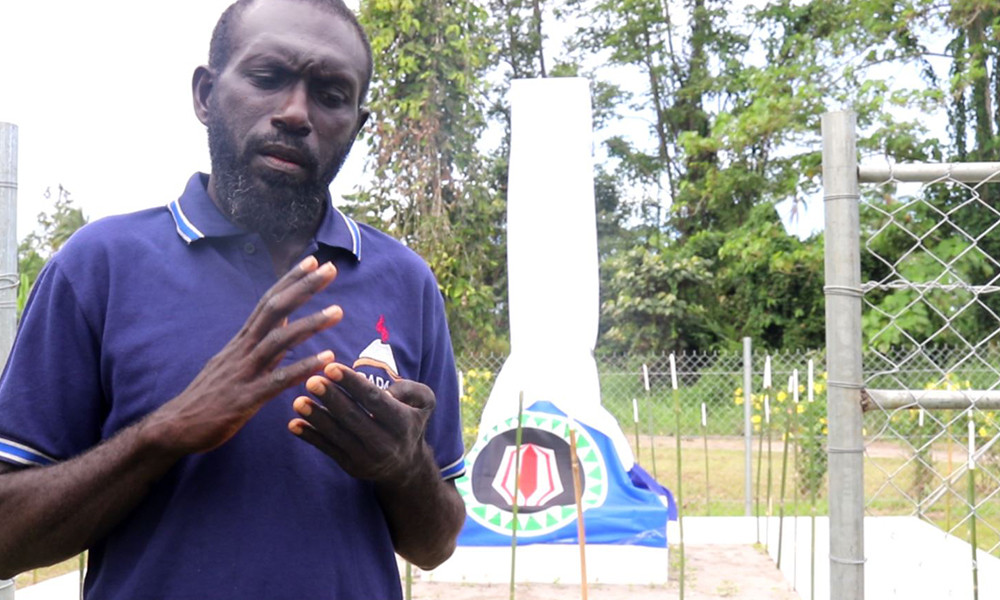 Justin Kumpp from Raku in the Siwai District expressing himself during an interview with the ICRC. In the background, the monument is not yet unveiled.