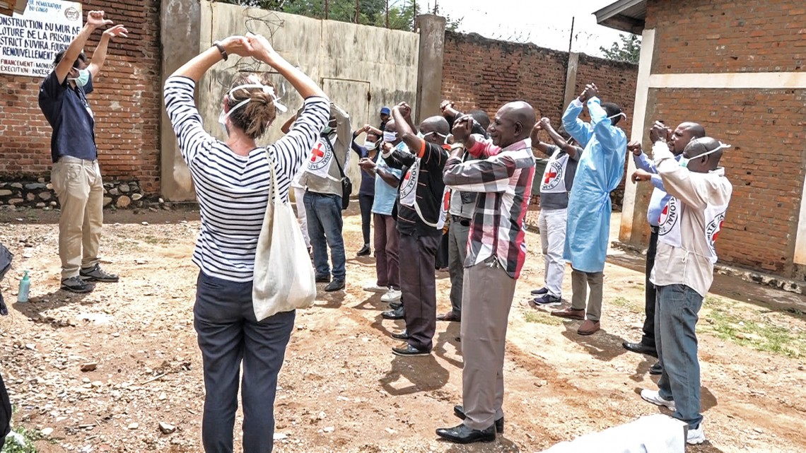 The ICRC delegates show prison staff in Uvira the right hygiene practices in times of COVID-19. Ferdinand MUGISHO/ICRC